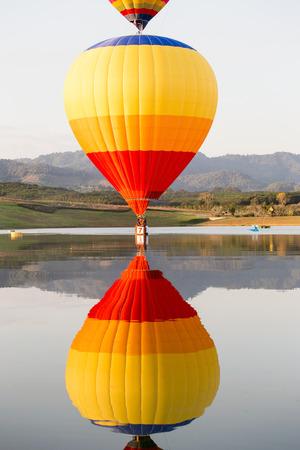 Refleje el globo colorido del aire caliente en el cielo azul. Foto de archivo - 49999239
