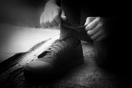 zapatos escolares: El correo del estudiante cordones de los zapatos nuevos zapatillas de deporte. Studen en nuevos uniformes intento correa cordones de los zapatos nuevos zapatillas de deporte que una nueva experiencia primera escuela empezar el día.