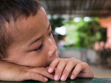 Chiangrai, Tailandia - el 12 de agosto de, 2016: no identificados los niños huérfanos en Ban casa nana. Ban nana Orfanato tener cuidado niños de la familia tribal problema. Foto de archivo - 68158359