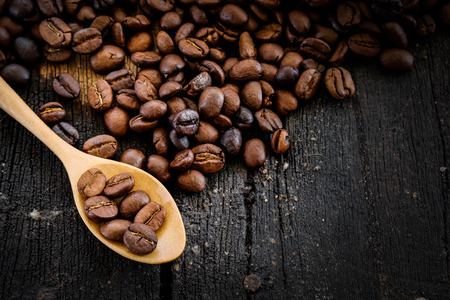 Le café et le haricot sur la cuillère.