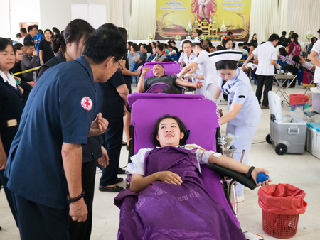 CHAING RAI- JULY 31 : Unidentified blood donors at Chaing rai Red Cross office on July 31, 2017 in Chaing rai, Thailand. 新聞圖片