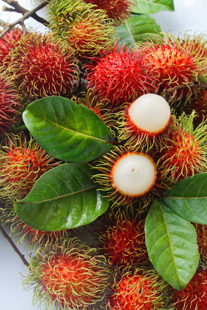 fresh rambutan with green leaf. 版權商用圖片 - 111018425