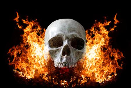 Head skull in flame on dark black background. the symbol of dead. 版權商用圖片 - 122610164