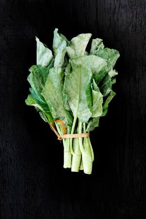 Chinese kale vegetable on the back wood background. Foto de archivo - 122611447