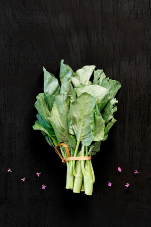 Chinese kale vegetable on the back wood background. Foto de archivo - 122611448