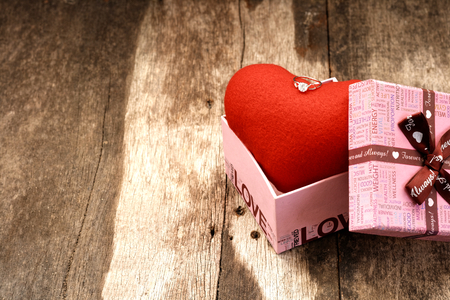 Jewelry ring on top heart in the gift box. For give to special one in valentines day. Foto de archivo - 122609864