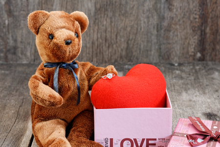 Toy bear doll and the jewelry ring with red heart. For give to special one in valentines day. 版權商用圖片 - 122609886