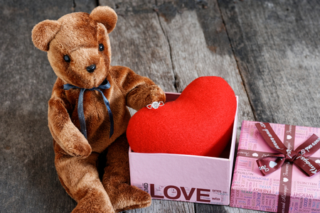 Toy bear doll and the jewelry ring with red heart. For give to special one in valentines day. 版權商用圖片 - 122521073
