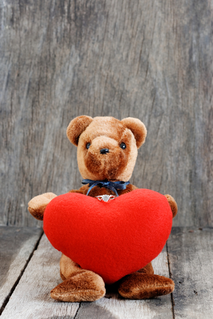 Toy bear doll and the jewelry ring with red heart. For give to special one in valentines day. Foto de archivo - 122521098