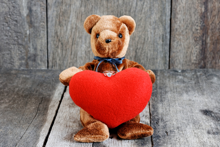 Toy bear doll and the jewelry ring with red heart. For give to special one in valentines day. Foto de archivo - 122521099