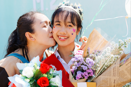 Mother is so pround and be smile her daughter graduated of high school. 版權商用圖片 - 122520915