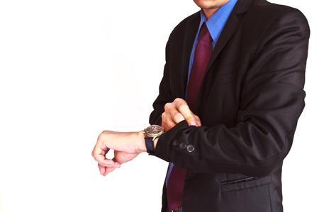Man met zwart pak tijd controleren op zijn horloge