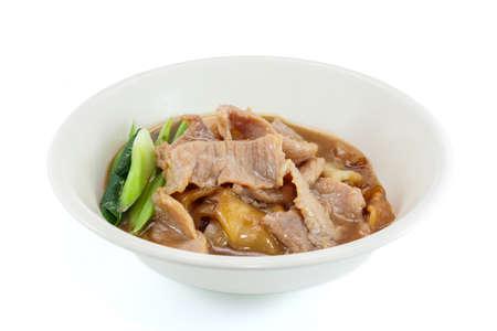 tremp�e: Nouilles frites avec du porc et le chou fris� tremp� dans la sauce, Tha�lande nourriture sur un bol rond blanc isol� sur blanc