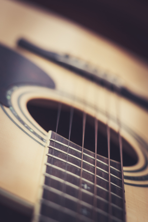 middle joint: Primo piano della chitarra acustica con profondit� di campo Archivio Fotografico