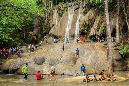 long weekend: Tailandia Kanchanaburi 12 luglio Saiyok Noi cascata � l'attrazione turistica Turisti giocare a cascata lungo weekend, il 12 luglio 2014 a Kanchanaburi, in Thailandia