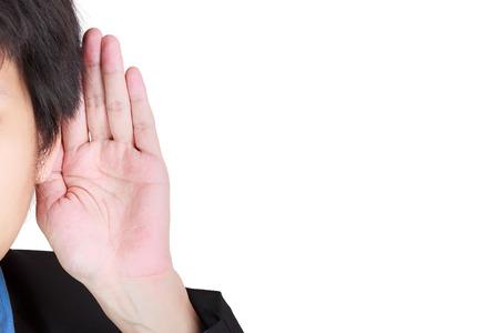 Aziatische man houdt zijn hand in de buurt zijn oor en luisteren