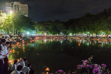 伝統的なタイのカレンダー、2014 年 11 月 6 日にバンコクのチュラロン コーン大学の Kratong コンテスト 12 月の満月の間に祝われるバンコク - 11 月 6 日