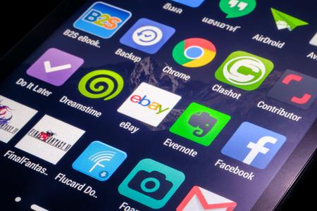Bangkok Thailand - 10 januari 2015: Toepassing en sociale media pictogrammen op slimme telefoon scherm