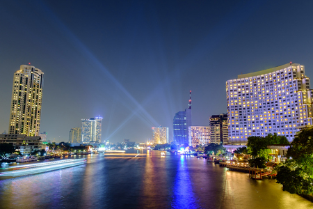 phraya: Chao Phraya River escena nocturna en Bangkok, Tailandia Foto de archivo