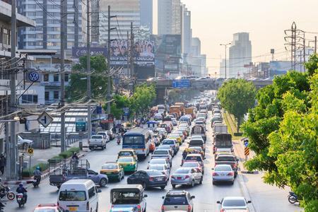 Bangkok 20 april: Het verkeer gaat langzaam langs een drukke weg op 20 april 2015 in Bangkok Thailand. Jaarlijks worden er ongeveer 150000 nieuwe auto's aangesloten bij de reeds zwaar beladen straten van Bangkok.