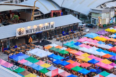 Bangkok, Thailand - 9 augustus 2015: Avondmarkt trein een tweedehandsmarkt, rug van Esplanade Ratchadapisek Warenhuis