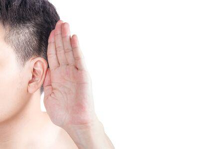oreja: Hombre asiático sostiene su mano cerca de su oído y escuchar Foto de archivo