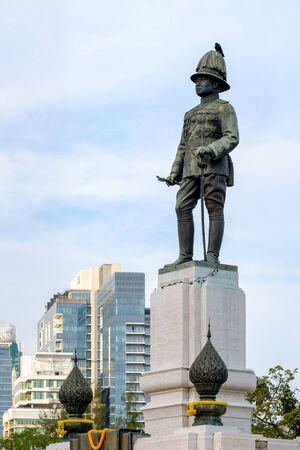 Bangkok - Februari 11, 2016: Koning Rama VI monument dat bij de voorzijde van Lumpini-park, Bangkok, Thailand wordt gevestigd Redactioneel