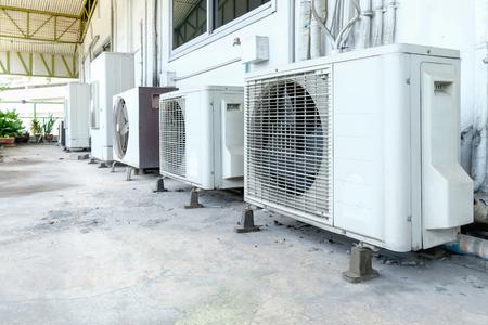 compresor: Compresor de aire acondicionado instalado en el antiguo edificio