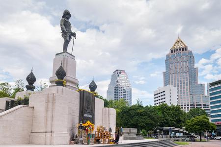 방콕, 태국 -6 월 10 일 : 방콕, 태국에서 비즈니스 지구의 중심에 룸 피니 공원의 앞에 라마 6 세 기념물.