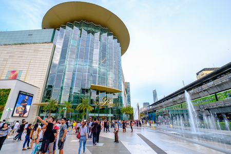 Bangkok, Thailand - May 4, 2017: Shoppers visit Siam Paragon mall in Siam Square mall on in Bangkok, Thailand. With 300,000 m 2 of retail space Siam Paragon is one of the largest malls in the world. 新聞圖片