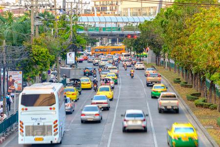 방콕, 태국 - 2017 년 3 월 28 일 : 교통 방콕, 태국에서 바쁜 도로 따라 천천히 이동합니다. 매년 15 만 대의 신차가 방콕에서 벌써 혼잡 한 거리에 합류하