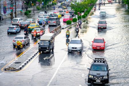 방콕, 태국 - 2017 년 5 월 27 일 : 태국의 홍수가 중부의 태국을 강타합니다. 홍수가 진행되는 동안 더 높은 수위가 예상됩니다.