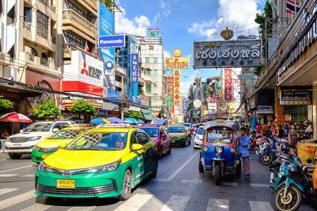 バンコク, タイ王国 - 2017 年 8 月 13 日: 車とヤワラー通りの店です。顕著な中国の建物、レストラン装飾とチャイナタウン。ヤワラー通りに忙しい。