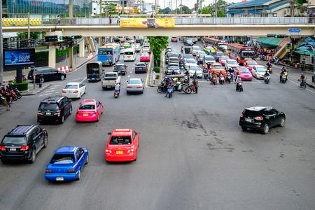 방콕, 태국 - 2017 년 10 월 4 일 : 트래픽 방콕, 태국에서 바쁜 도로 따라 천천히 이동합니다. 매년 15 만 대의 신차가 방콕에서 벌써 혼잡 한 거리에 합류