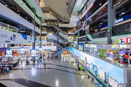 Bangkok, Thailand - Sep. 18, 2018: Pantip Plaza is the mother of all IT shops and has gained legendary status as the place to find new and used computers. The most famous Bangkok electronics mall. Banco de Imagens - 124999366