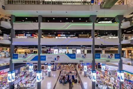 Bangkok, Thailand - Sep. 18, 2018: Pantip Plaza is the mother of all IT shops and has gained legendary status as the place to find new and used computers. The most famous Bangkok electronics mall. Banco de Imagens - 124999374