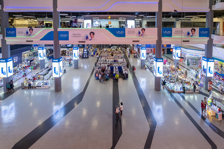 Bangkok, Thailand - Sep. 18, 2018: Pantip Plaza is the mother of all IT shops and has gained legendary status as the place to find new and used computers. The most famous Bangkok electronics mall. Banco de Imagens - 124999391