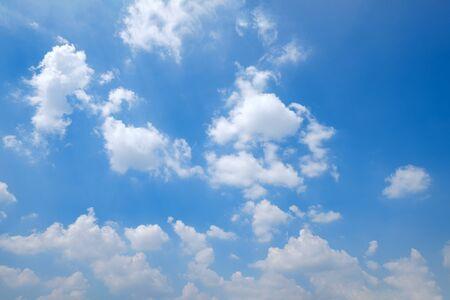 Bezkresne, czyste, błękitne niebo i piękne chmury przy dobrej pogodzie o poranku. Krajobraz natura tło.
