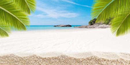 砂浜熱帯ヤシの葉フレームと小さな島のアンダマン海背景、概念の夏の休日の背景 写真素材 - 81339398