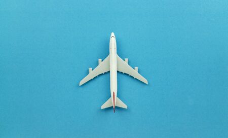 Top view airplane model on blue background. Foto de archivo - 129523709