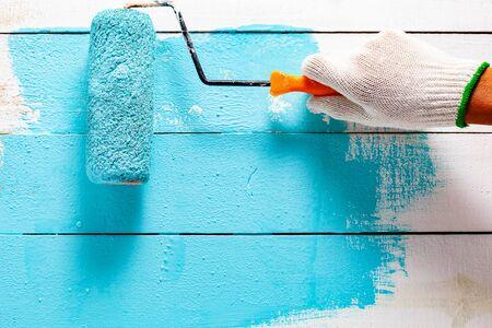 Handmalerei blaue Farbe auf weißem Holztisch