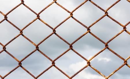 Rete metallica su sfondo nuvole di tempesta Archivio Fotografico - 21611668