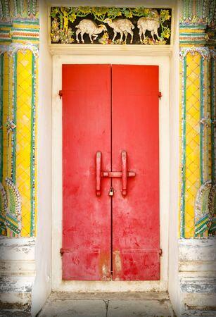 Old Thai Red door Imagens