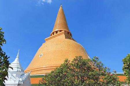daylight: Phapatom chedi pagoda daylight