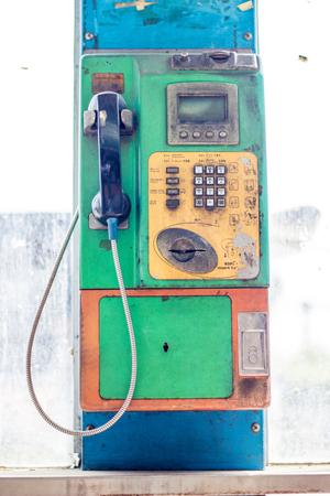 poner atencion: Cabina telef�nica, donde la gente no presta atenci�n.