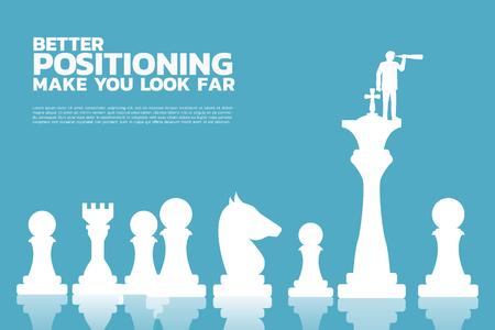 Silhouette des Geschäftsmannes, der durch das Teleskop schaut, das auf dem Schachfigurenkönig steht. Geschäftskonzept besser positionieren Vektorgrafik