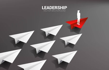 Silhouette des Geschäftsmannes, der auf der führenden Gruppe des roten Origami-Papierflugzeugs von Weiß steht. Geschäftskonzept der Führungs- und Visionsmission.