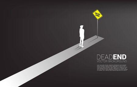 Silhouette uomo d'affari in piedi alla fine della strada con segnaletica vicolo cieco. Concetto di decisione sbagliata negli affari o nel percorso di fine carriera.