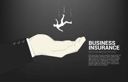 Silhouette des Geschäftsmannes, der in der großen Hand herunterfällt. Konzept für Sicherheits- und Versicherungsgeschäft