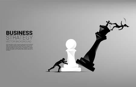Silhouette of businesswoman push pawn chess piece to checkmate the king with falling down businessman. Vecteurs